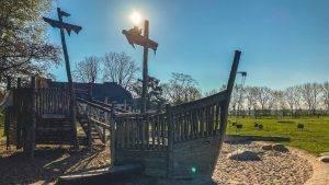 Read more about the article Ausflugstipp: Abenteuerspielplatz am Hofgut Maxau. Spielen, spazieren und picknicken an den Karlsruher Rheinauen